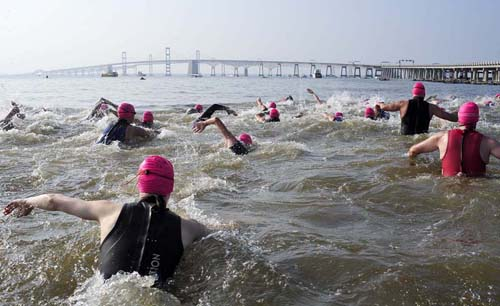 More than 600 swimmers started the 4.4-mile charity swim. (News21 photo by Jason Lenhart)